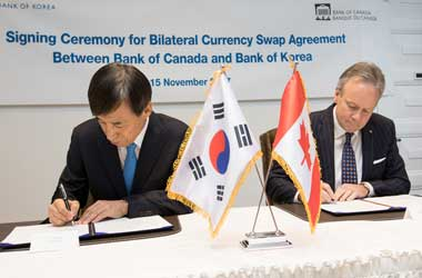 Bank of Korea Governor Lee Ju-yeol and Bank of Canada Governor Stephen Poloz sign currency deal